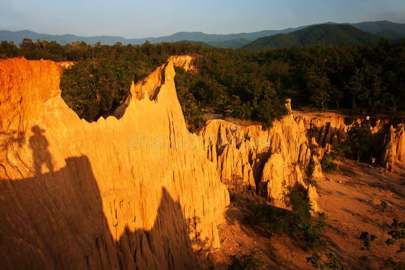 Magische Landschaft des steil orange Sandsteins im Urwald lizenzfreie stockfotos