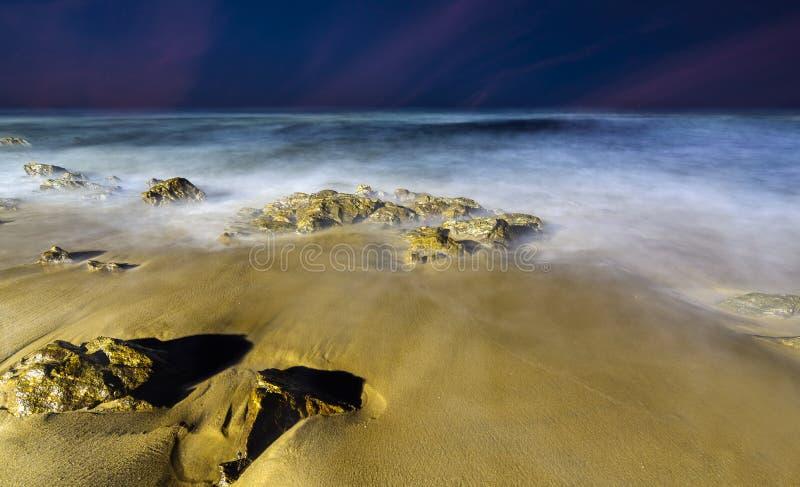 Magische lange blootstellingsgolven bij Rishikonda-strand, Vizag, India stock fotografie