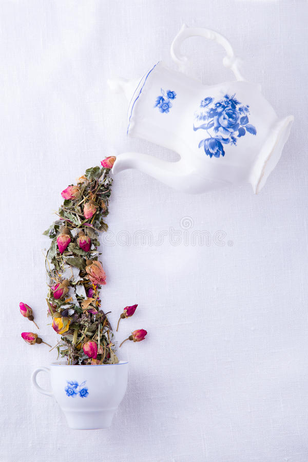 Magische Teekanne mit Rosentee lizenzfreies stockbild