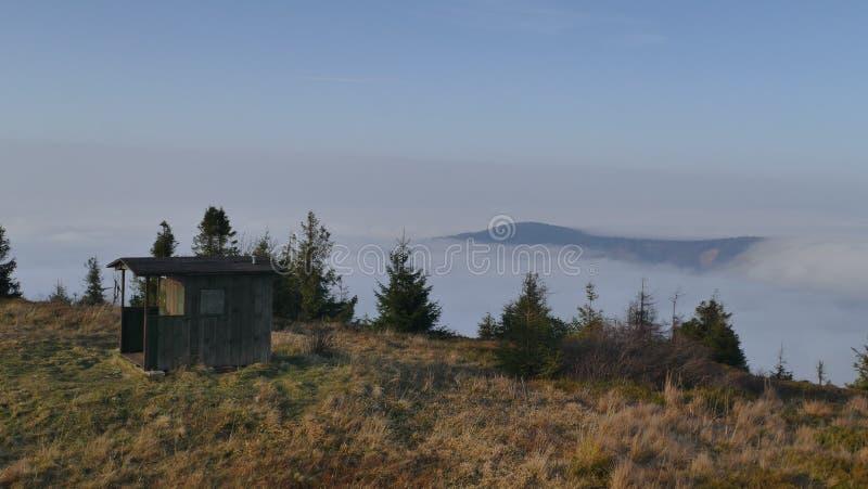 Magische Umstellung von Wolken in den Bergen lizenzfreie stockfotos