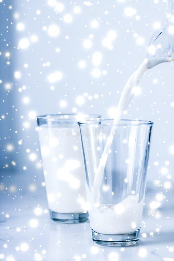 Magische vakantiedrank, gietende organische lactose vrije melk in glas op marmeren lijst royalty-vrije stock afbeelding
