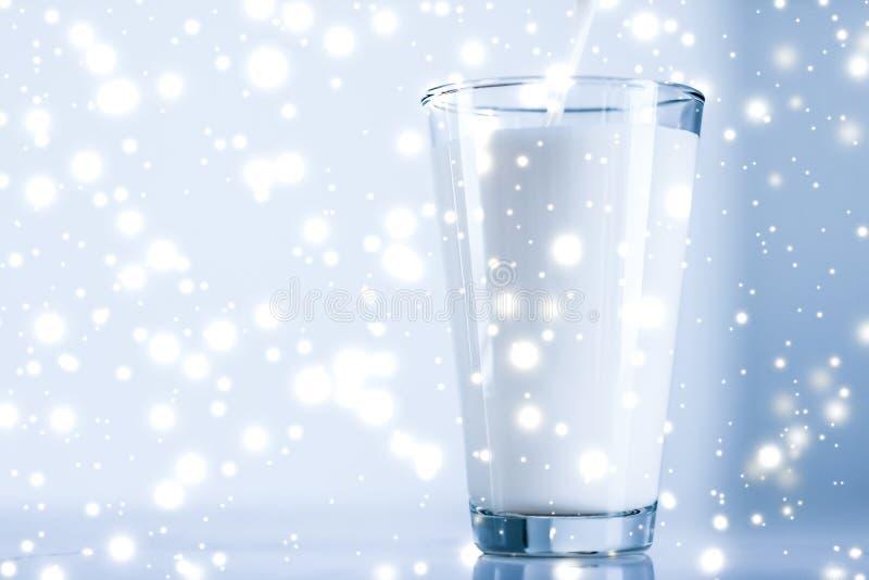 Magische vakantiedrank, gietende organische lactose vrije melk in glas op marmeren lijst stock afbeeldingen