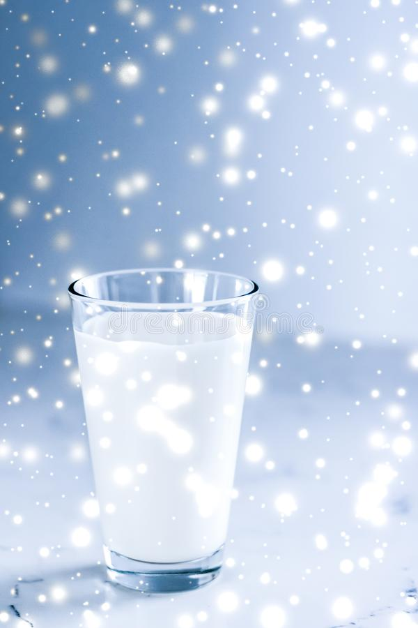 Magische vakantiedrank, gietende organische lactose vrije melk in glas op marmeren lijst royalty-vrije stock afbeeldingen