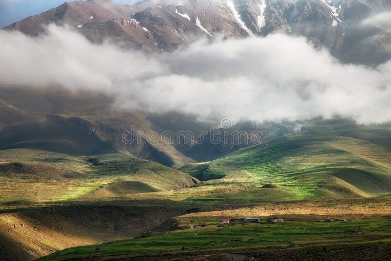 Magische vallei, het landschap van het bergdorp royalty-vrije stock afbeeldingen