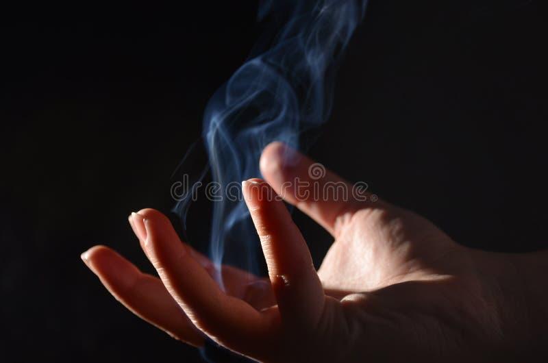 Magische weibliche Hände stockfoto