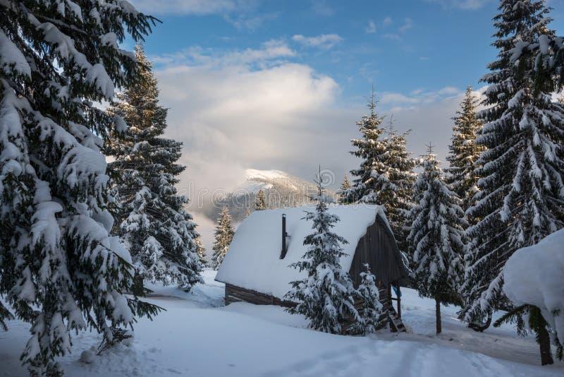 Magische Winterlandschaft - die alte hölzerne Hütte, bedeckt mit Schnee lizenzfreies stockbild