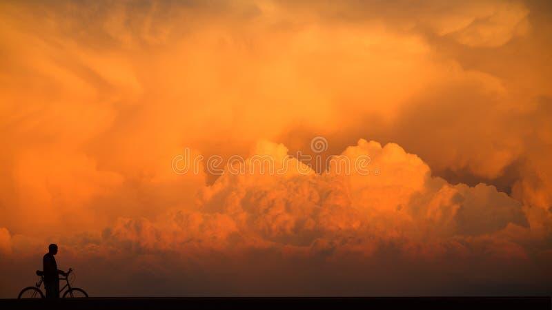 Magische wolken en mens in silhouet royalty-vrije stock foto's