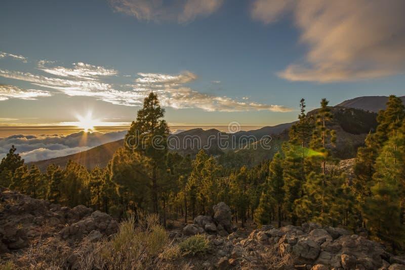 Magische zonsondergang boven de wolken in de bergen van Tenerife in Canarische Eilanden, Spanje stock foto's