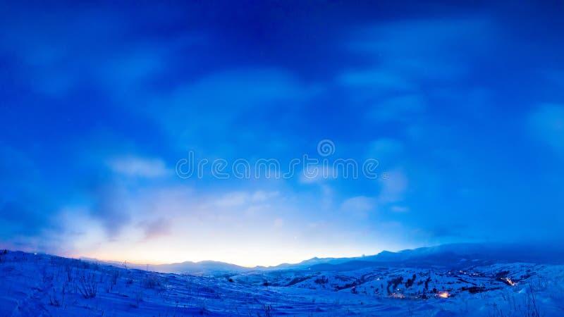 Magische zonsopgang in bergen Het landschap van de winter Mooie blauwe hemel op ijzige ochtend stock afbeelding