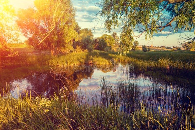 Magische zonsopgang over het meer royalty-vrije stock fotografie