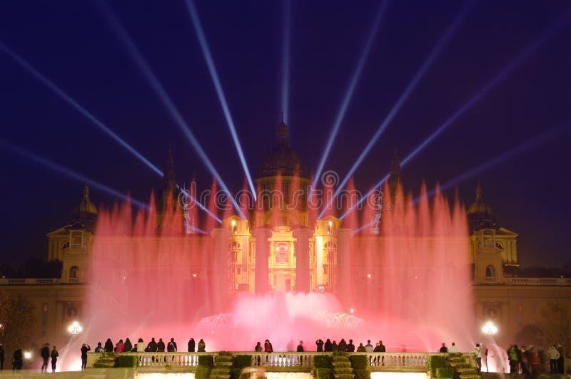 Magischer Brunnen bis zum Night In Barcelona, Spanien lizenzfreies stockbild