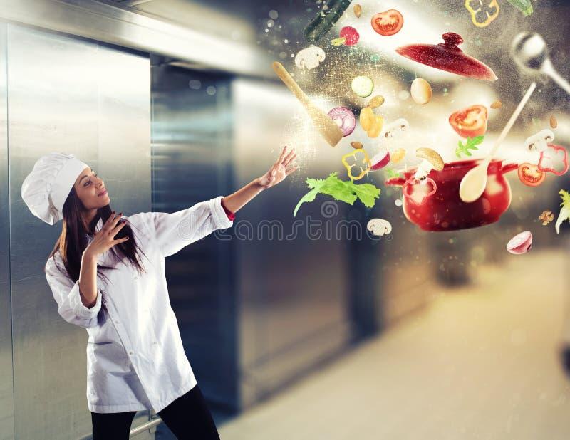 Magischer Chef kochfertig ein neuer Teller lizenzfreie stockbilder