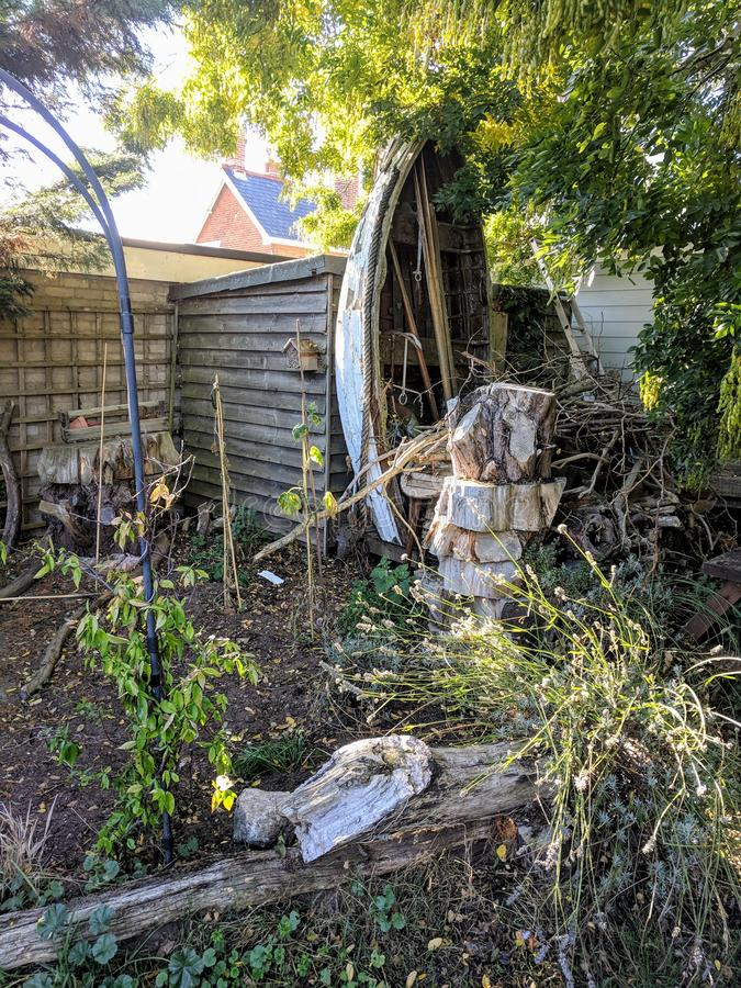 Magischer Garten mit altem Boot stockbilder