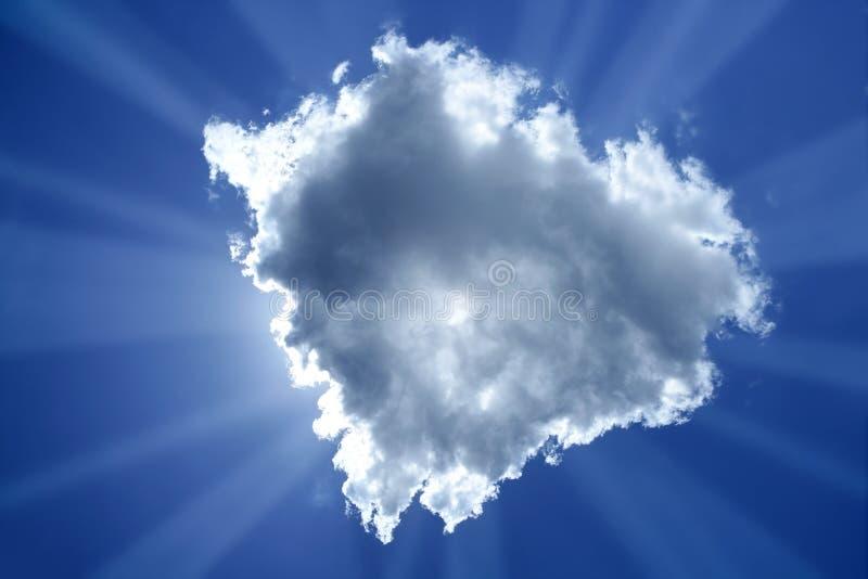 Magischer hellblauer Himmel der Lichtstrahlsonnewolken-Hintergrundbeleuchtung lizenzfreie stockfotos