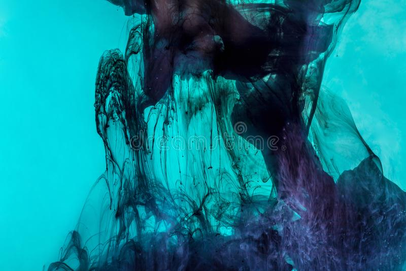 magischer Hintergrund mit dunkelblauen Strudeln der Farbe im Türkiswasser lizenzfreie stockfotografie