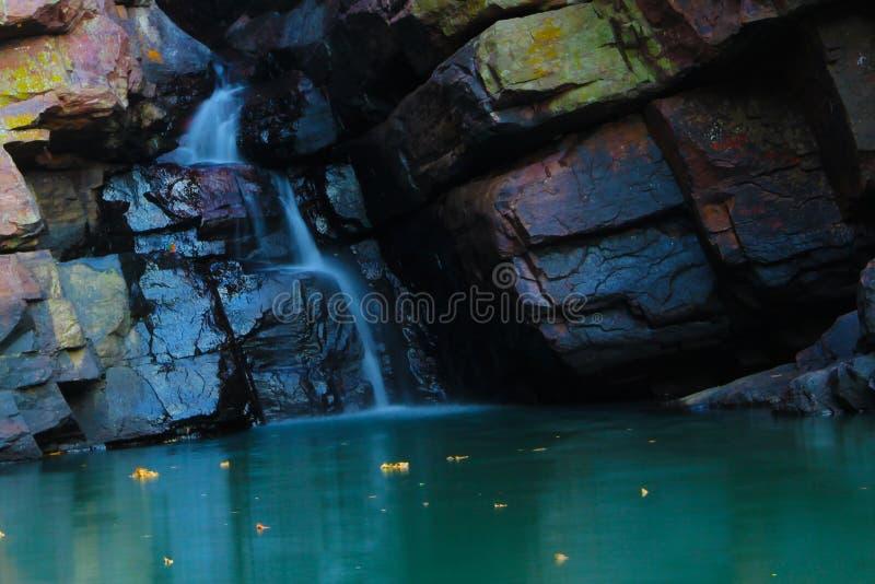 Magischer Moment mit wunderbarem Wasserfall stockfotografie