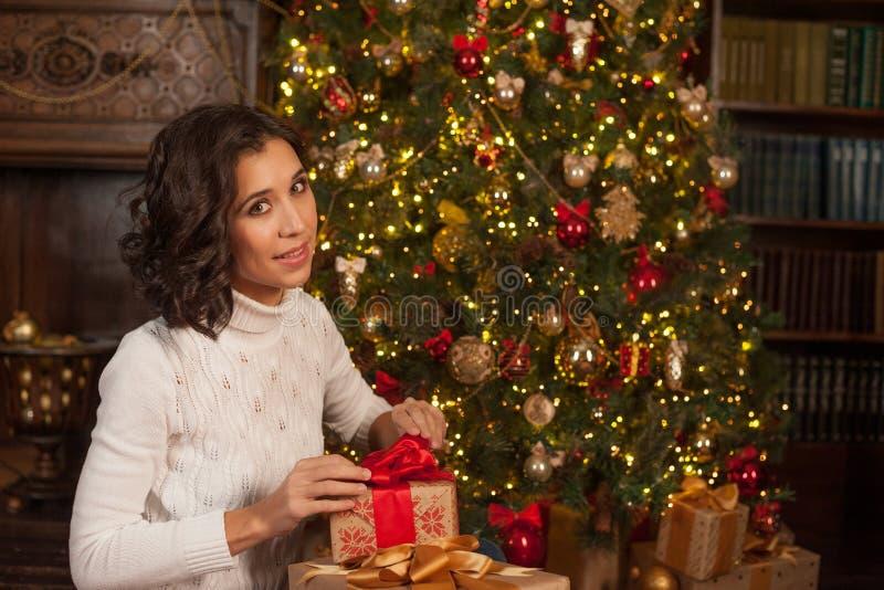 Magischer Moment von Weihnachten Mädchen öffnet Überraschungsgeschenk für Christma lizenzfreie stockfotos