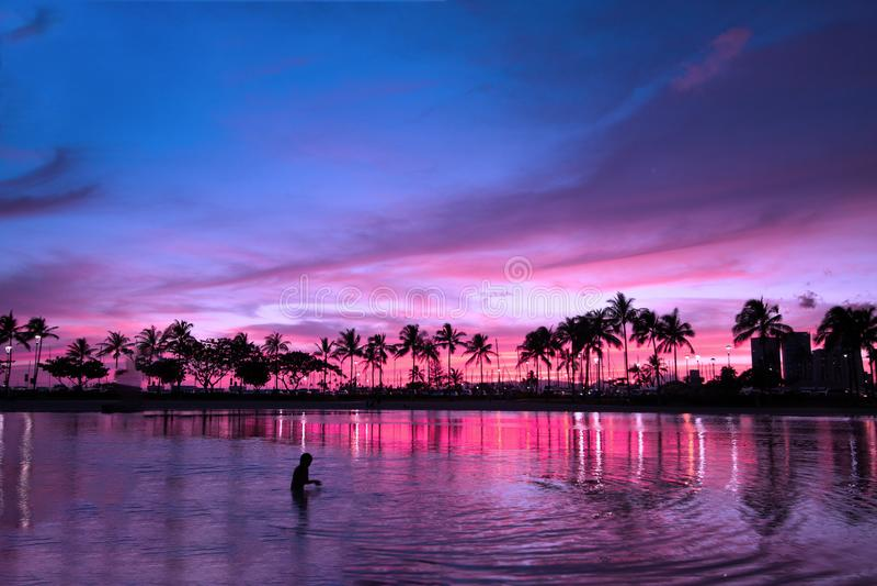 Magischer Sonnenuntergang in der purpurroten Atmosphäre, Hawaii lizenzfreie stockfotos