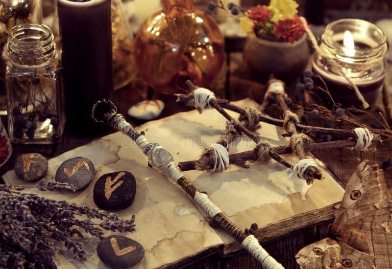 Magischer Stab, Pentagram, Lavendelbündel, Motte und Runen, tonte Bild stockbild