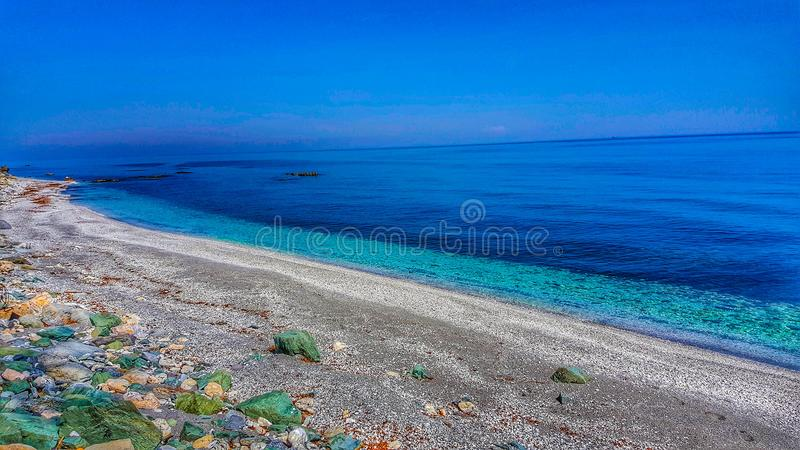 Magischer Strand mit klarem Crystal Waters lizenzfreies stockfoto