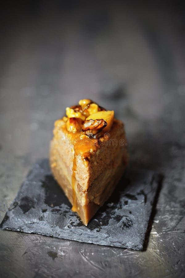 Magischer Vanillepudding-Kuchen mit Walnüssen, Quitte und gesalzener Karamell-Soße lizenzfreie stockfotos