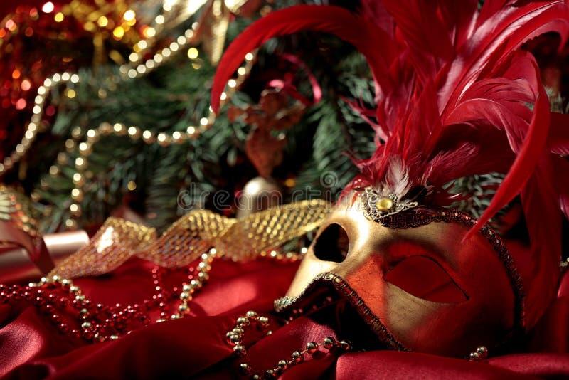 Magischer Weihnachtshintergrund mit goldener Karnevalsmaske stockfoto