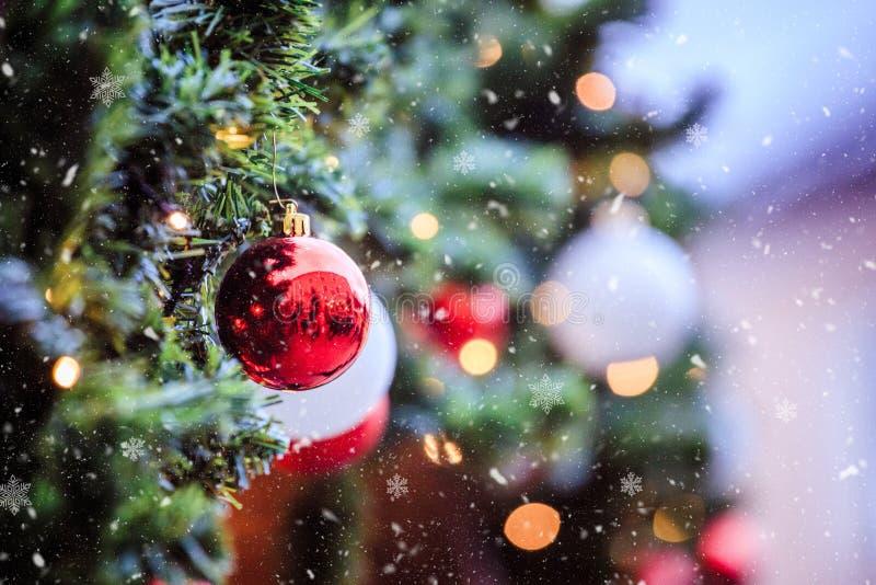 Magischer Weihnachtsmarkt: Dekoration mit Weihnachtsflitter auf einem Tannenzweig lizenzfreies stockfoto