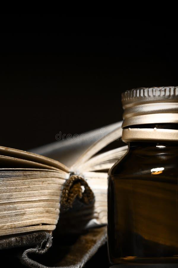 Magisches Buch von Rezepten und von Glasflasche stockfoto