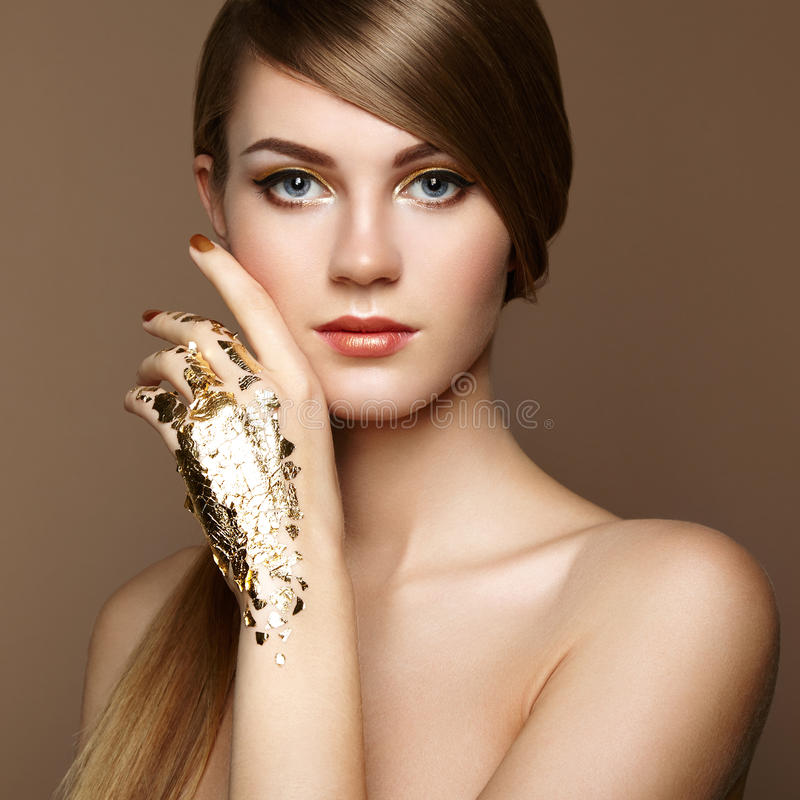 Magisches Frauenporträt im Gold stockbild