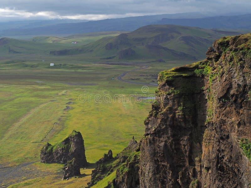 Magisches Island gestaltet nahe vik I mirdal mit scharp Felsen landschaftlich und lizenzfreies stockfoto