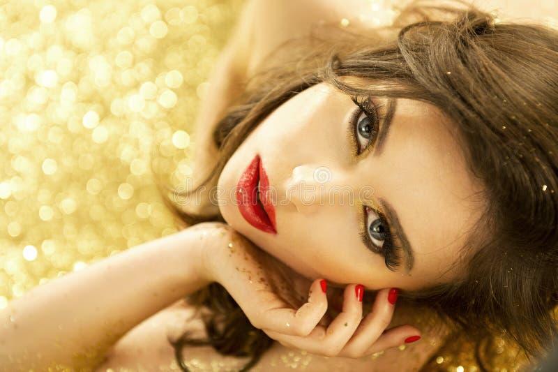 Sexy magisches Mädchen-Porträt im Gold lizenzfreie stockbilder