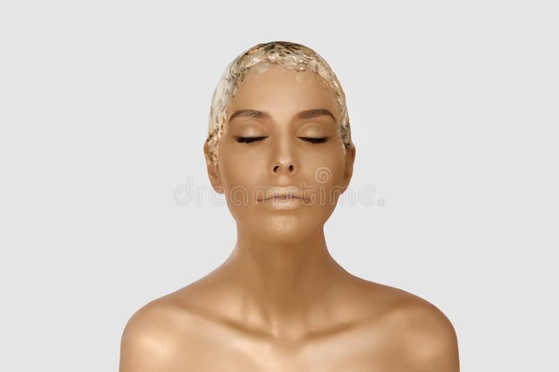 Magisches Mädchenporträt mit Goldhaut Goldenes kreatives Make-up, Nahaufnahmeporträt in der Atelieraufnahme, Farbe lizenzfreie stockfotos
