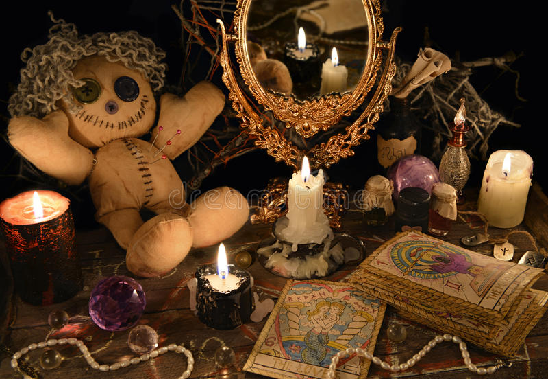 Magisches Ritual mit Wodupuppe, Spiegel und Tarockkarten stockfotografie