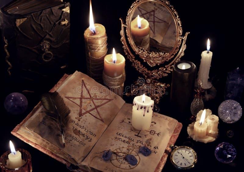 Magisches Stillleben mit Büchern, brennenden Kerzen und mirrow lizenzfreie stockbilder