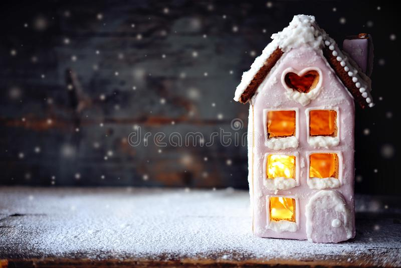 Magisches Winterweihnachtsbild Lebkuchenhaus mit Schnee stockfotos
