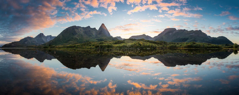 Magisk ö under solnedgång fotografering för bildbyråer