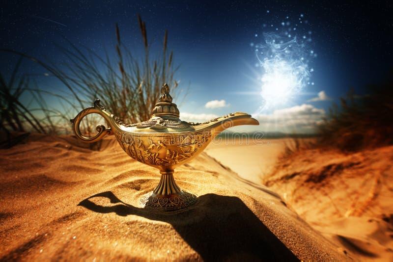 Magisk Aladdins ande i arabiska sagorlampa royaltyfri bild