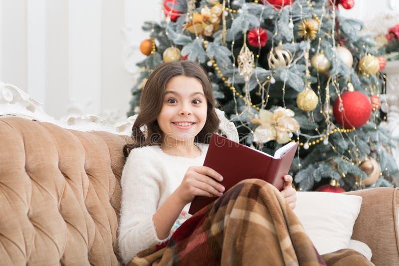 Magisk atmosfär Fantasy genre Boklagringskoncept Litteratur om barn Winter wonderland Underbara flickor som läser royaltyfria foton