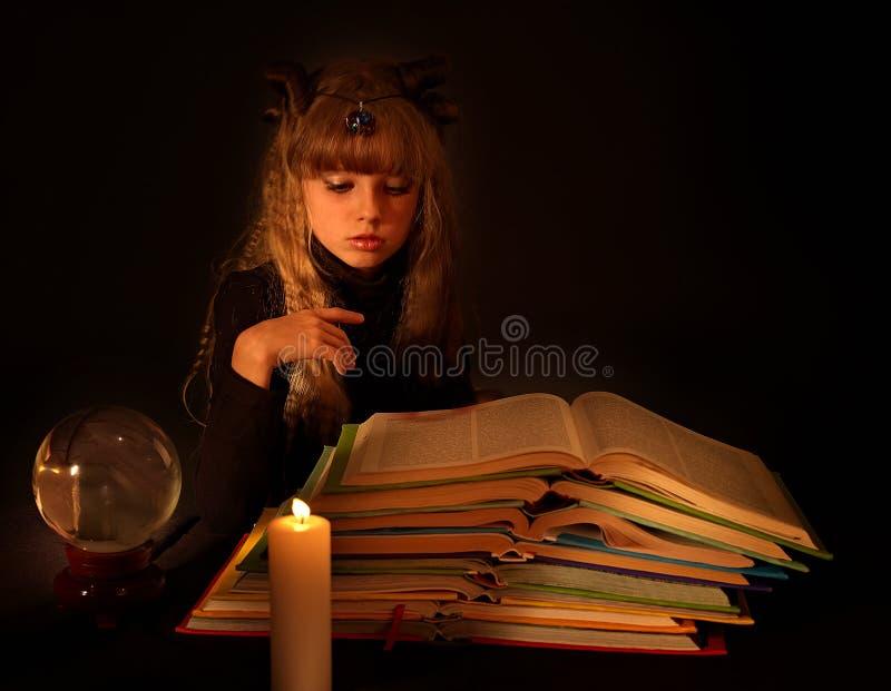 magisk avläsning för bokstearinljusbarn arkivbilder