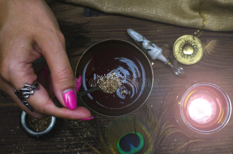 Magisk dryck witchcraft Magisk qure shaman arkivbild