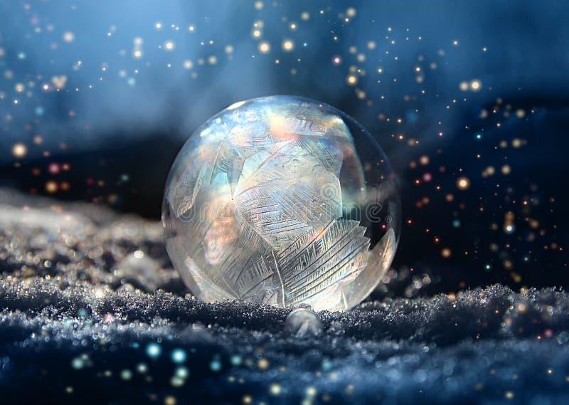 Magisk färg blänker frostballvintersnö royaltyfria bilder
