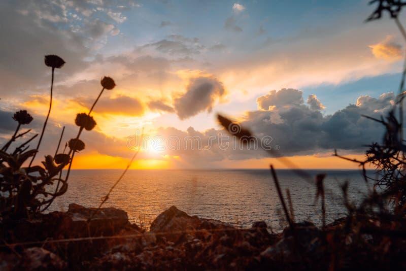 Magisk guld- solnedgång över havet Spektakulär cloudscape på horisont royaltyfri foto
