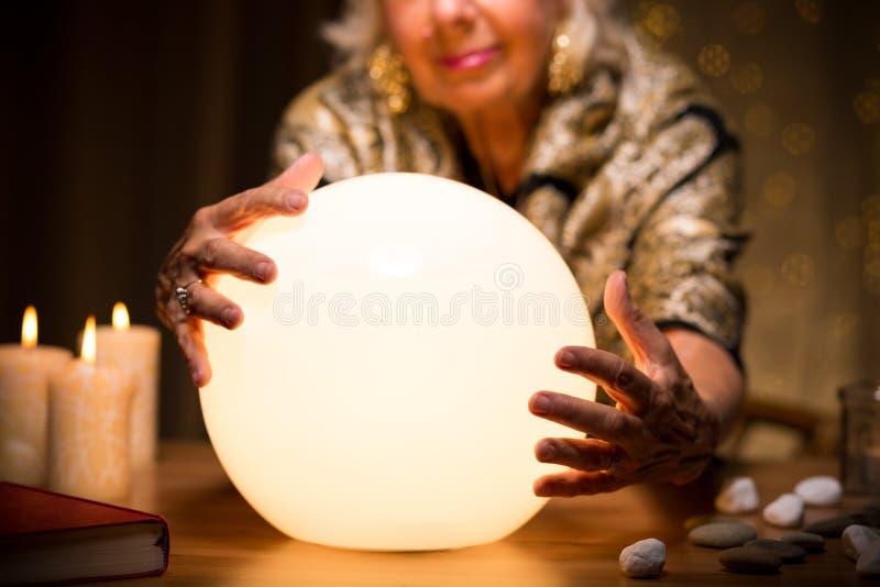 Magisk kvinna med kristallkula arkivbilder