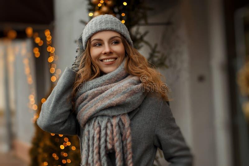 Magisk lycklig stående av en härlig ung smileykvinna arkivbilder