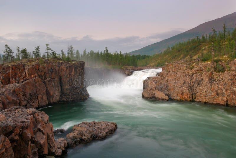 magisk platåputoranasiberia vattenfall arkivfoto