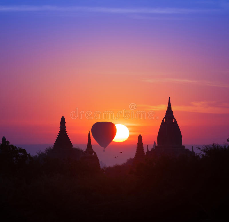 Magisk solnedgång för skymning i varma Bagan Myanmar (Burma) royaltyfria foton