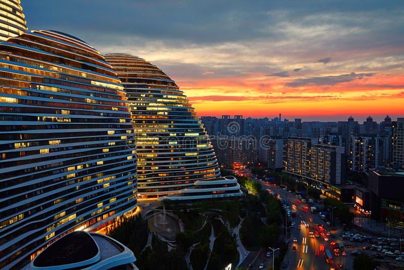 Magisk solnedgång för stad, färgrik himmel, Peking