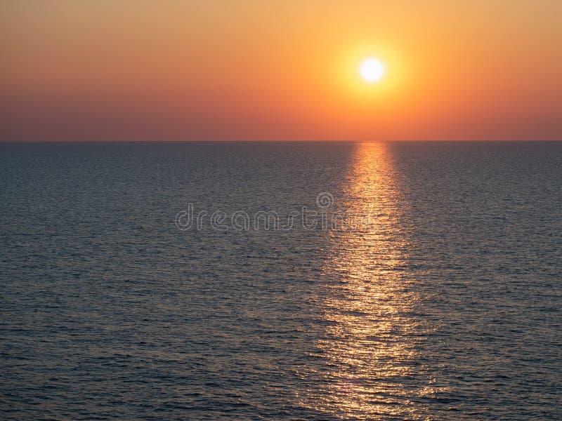 Magisk solnedgång på bakgrunden av havsvågor royaltyfri fotografi