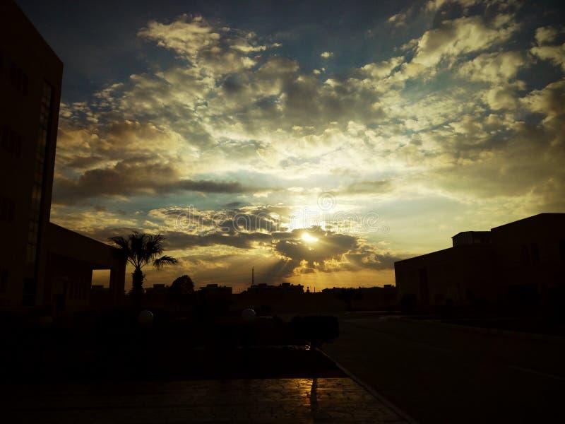 Magisk solnedgång till och med molnen royaltyfri foto