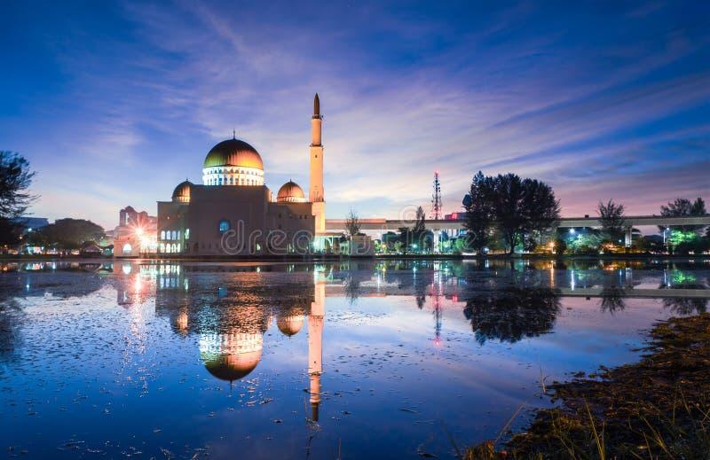 Magisk soluppgång på Masjid som Salam, Puchong arkivbilder